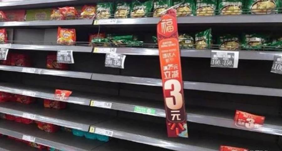 武漢封城,超市被搶購一空,網友發現有一款泡麵竟沒人搶。(圖/摘自微博)