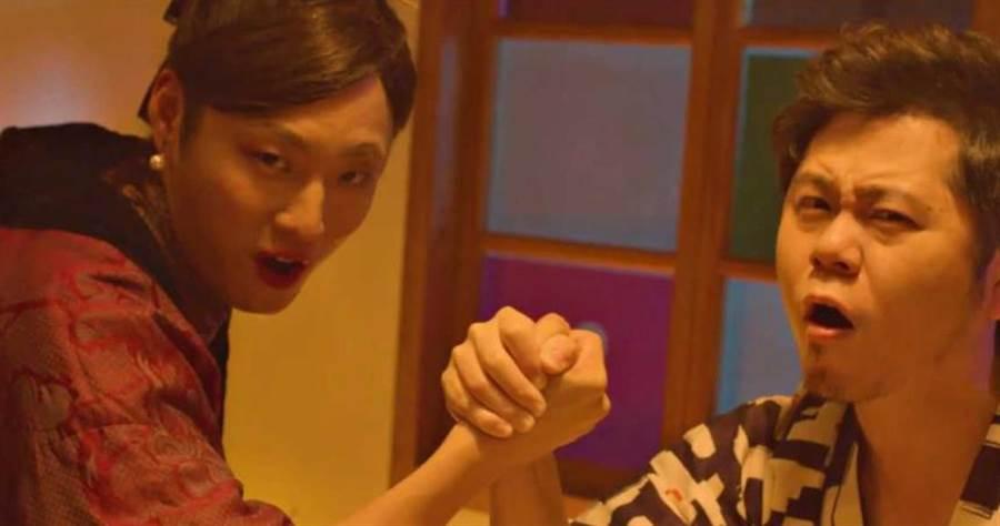 黃子軒(右)為MV找來拍謝少年貝斯手薑薑(左)反串演出。(圖/獨一無二娛樂文化提供)