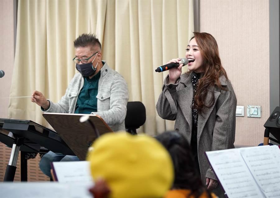 北市國音樂會《書信音緣-鄧麗君與莊奴的空中交會》,呈現不一樣的鄧麗君。圖右為歌手舞思愛。(北市國提供)