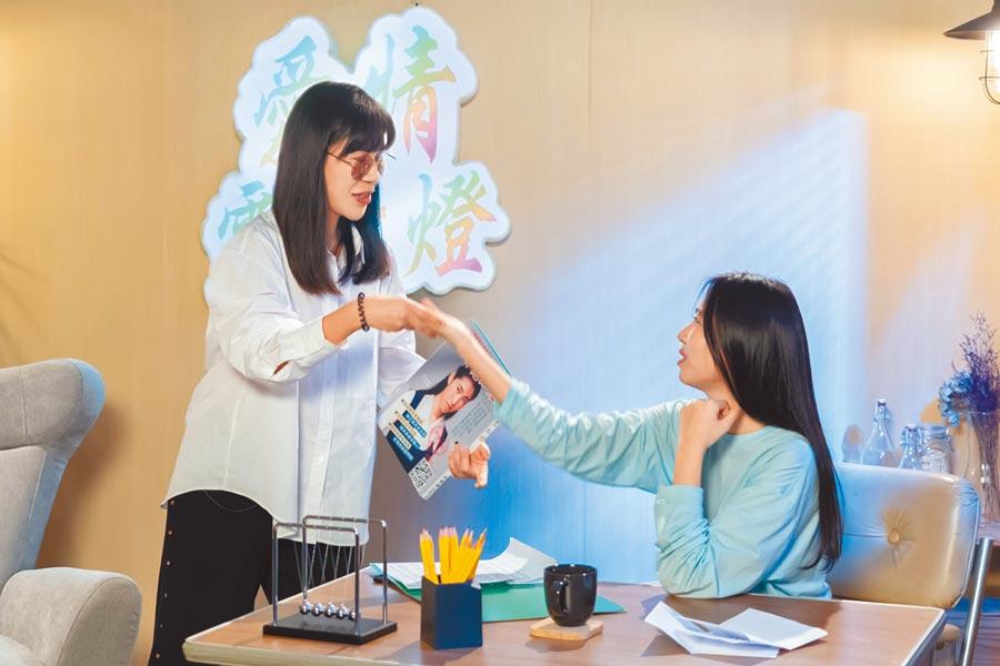 王若琳(右)日前與丹妮婊姐一起替網友解惑。(索尼音樂提供)