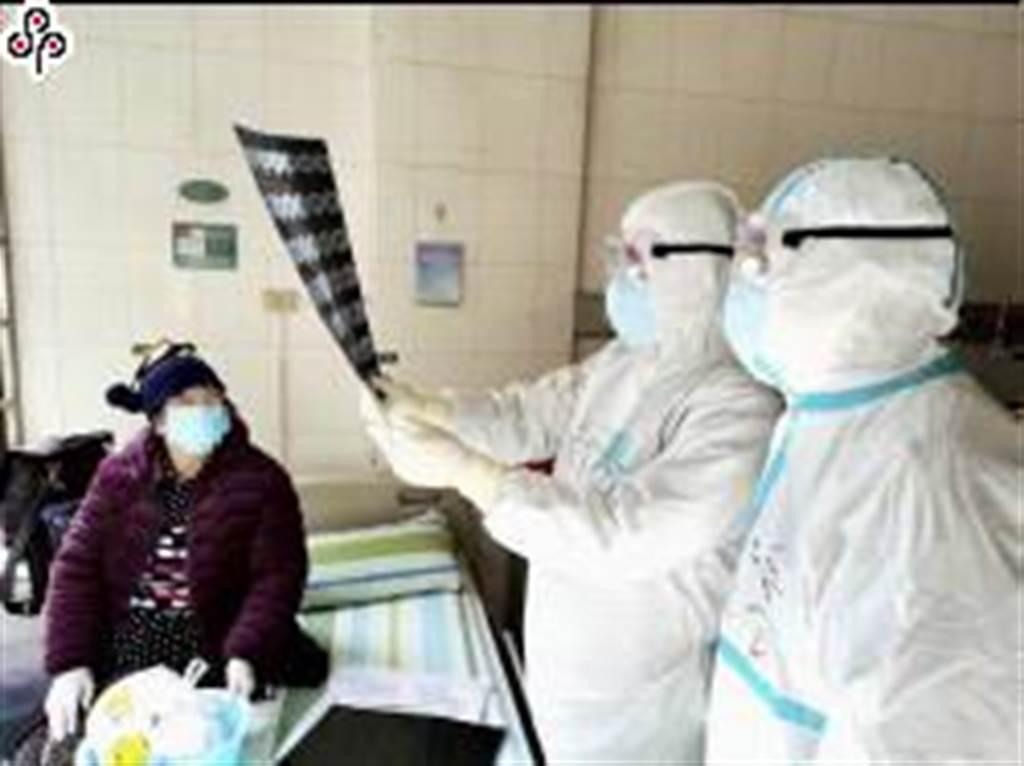 新冠肺炎延燒,各國都想快點研發出疫苗。圖為醫護人員在武漢大學中南醫院查看一名新冠肺炎患者的醫學影像。(照片取自新華社)