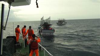 漁船花瓶嶼船底「破孔 」海巡驚險拖回險沉沒