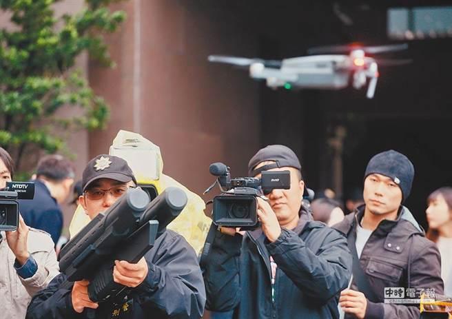 圖為警方出動「空拍機攔截器」,防止未申請的空拍機進入。(圖/本報資料照片)