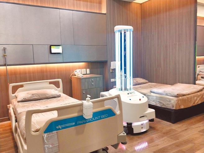 梧棲童綜合醫院添防疫生力軍,引進全球唯一紫C光智駕殺菌機器人。(陳淑娥攝)