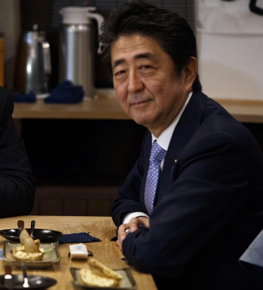 日本疫情吃緊,但首相安倍晉三在接待同鄉河豚業者時大啖河豚生魚片,引起日網友眾怒。圖為安倍晉三。(資料照片/美聯社)