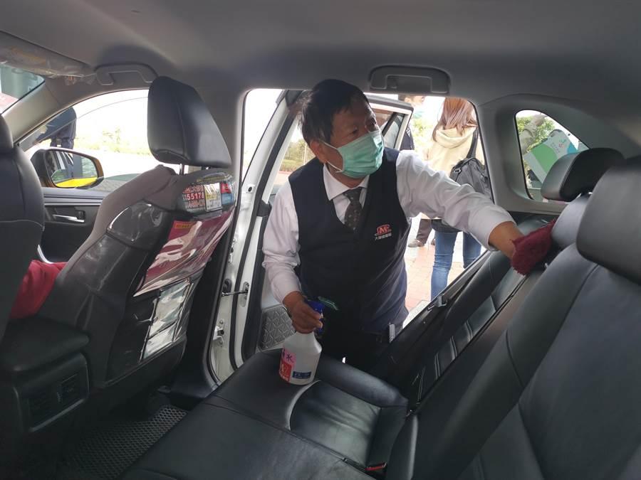 苗栗高鐵站排班計程車加強車輛內外消毒,每天至少要消毒3次。