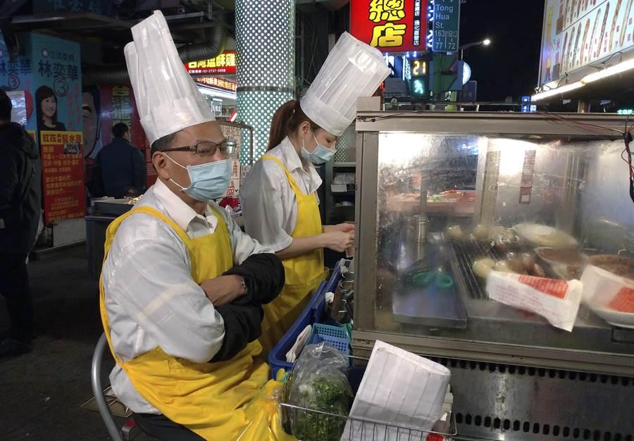 美國疾病管制與預防中心(CDC)認為,台灣新冠肺炎疫情顯然有社區傳播的跡象,圖為台北夜市小販等待顧客上門的畫面。(美聯社)