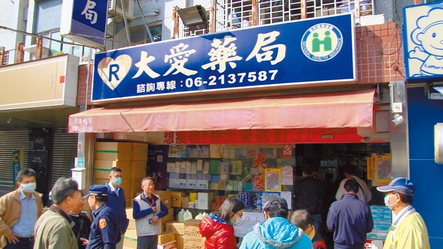 台南市南區大愛藥局被周刊爆料指手握上百萬片口罩哄抬價格,半個月即爽賺3000萬元。(洪榮志攝)