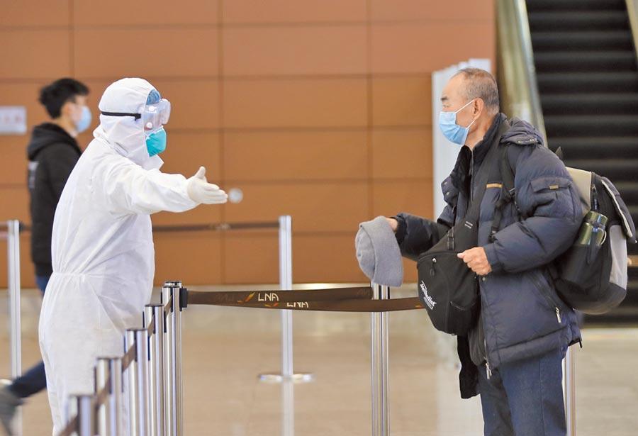 2020年1月30日。在瀋阳桃仙国际机场,工作人员每日两次对进港大厅、出港大厅、廊桥、地服工作台等旅客密集区域进行专项消毒,同时对办公场所、员工公寓及航后的T3航站楼进行整体消毒。(中新社)