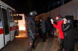 憂被病毒污染 烏克蘭小鎮居民放火丟石頭阻武漢歸國僑民進入
