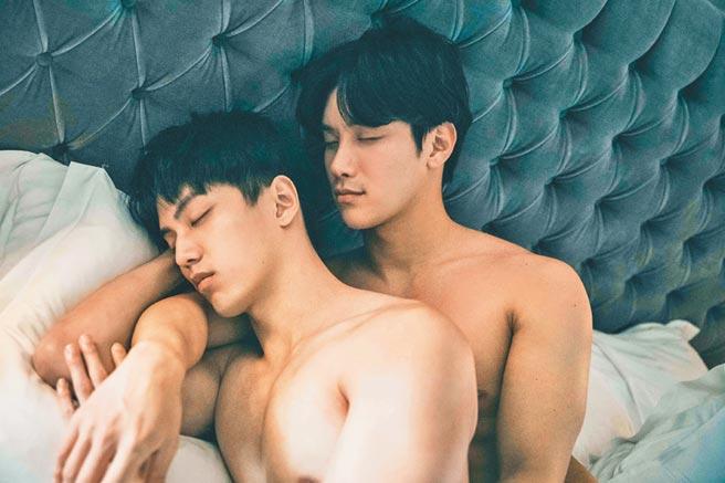 徐謀俊(左)和李時剛劇中有親密床戲演出。(達騰娛樂提供)