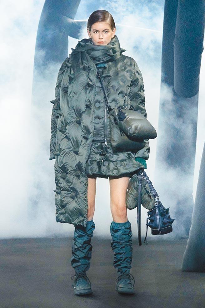 JW Anderson替Moncler設計的服裝,色彩豐富並融合多種輪廓。(Moncler提供)