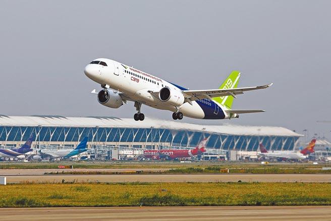 2018年6月26日,大陸商飛C919大型客機在上海浦東國際機場第四跑道試飛。(中新社)