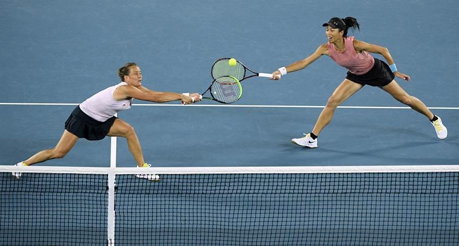 谢淑薇(右)和史崔可娃(左)在罗马网球赛挺进到女双决赛。(资料照/美联社)