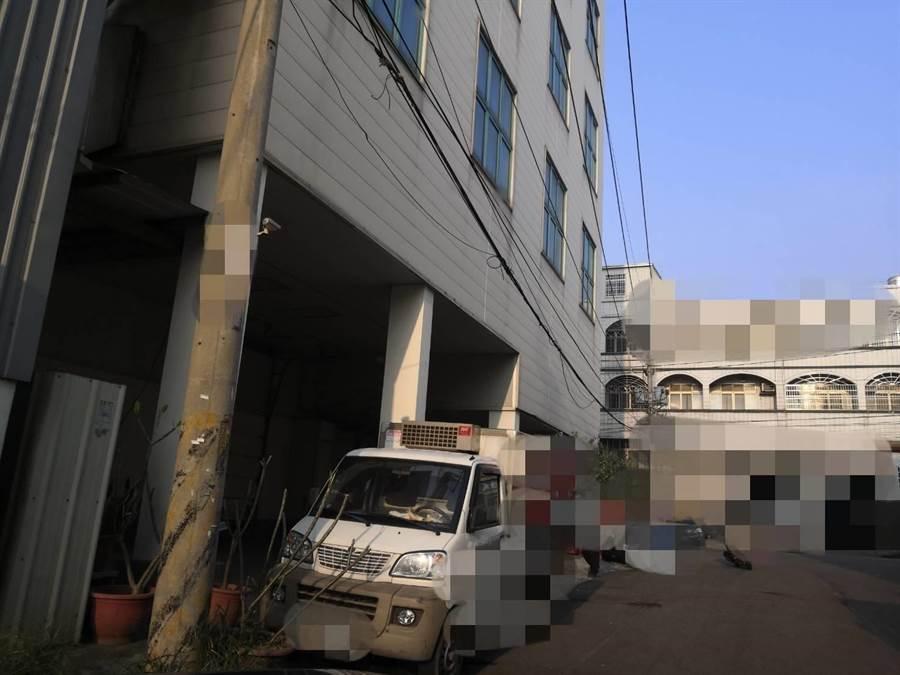 計程車司機妹妹上班的工廠21日大門深鎖,上班時間無員工進出。(馮惠宜攝)