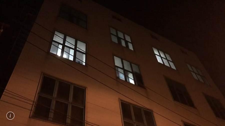 該工廠20日深夜還有員工進出,廠內還有燈火。(馮惠宜攝)