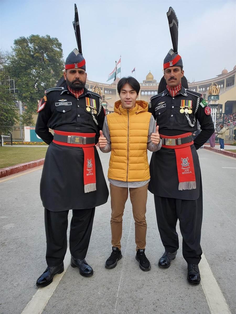 唐振剛前進印巴邊界,與巴基斯坦儀隊合影留念。(八大提供)