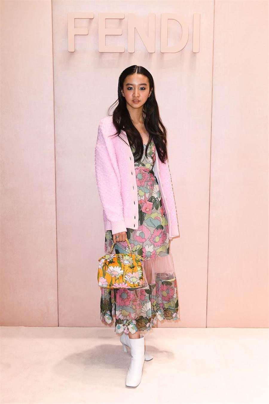 木村光希用粉色外套搭配花洋裝,充滿春天氣息現身看秀(FENDI提供)