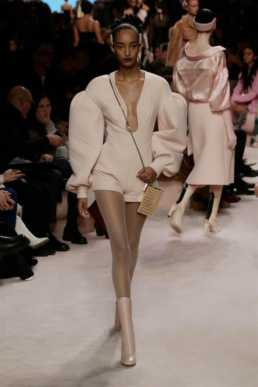 飽和粉色絎縫布料製成的連身短褲,既柔軟又充滿結構感。(FENDI提供)
