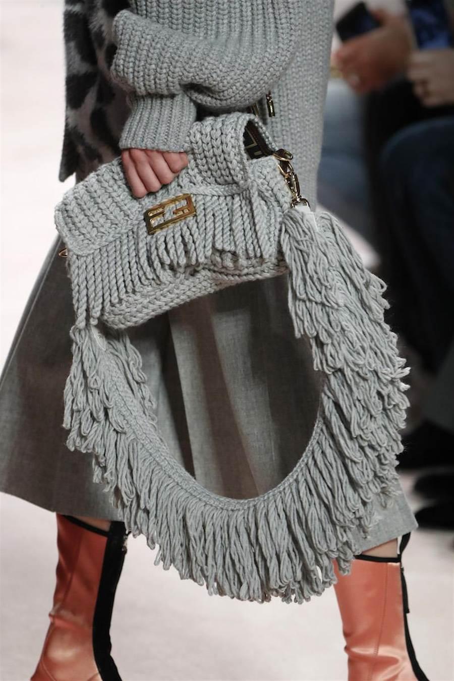 Baguette包推出手工編織羊毛材質。(FENDI提供)
