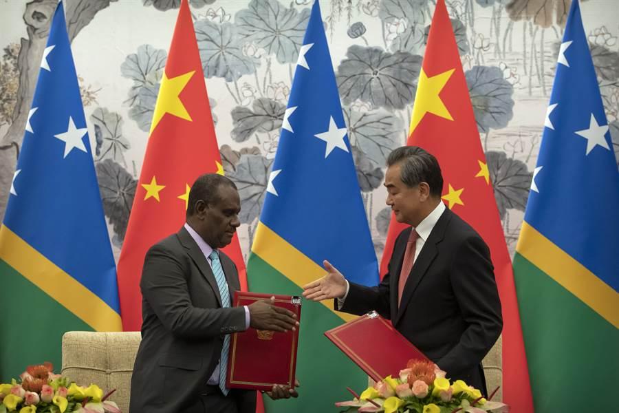 所羅門外交商長曼尼爾與大陸外交部長王毅於2019年9月21日在北京簽署建交公報。(圖/美聯社)
