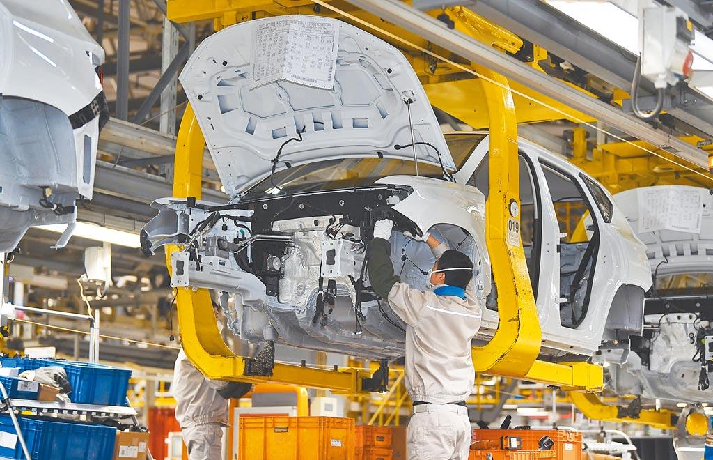 裕隆日產汽車總經理李振成示警,大陸復工不順,許多國產車零組件庫存快見底,如情況沒改善,3月下旬就會鬧缺車。圖為成都汽車業工人工作情形。(新華社)