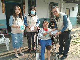 台南職訓縫紉班學員製上百口罩套 贈弱勢勞工家庭