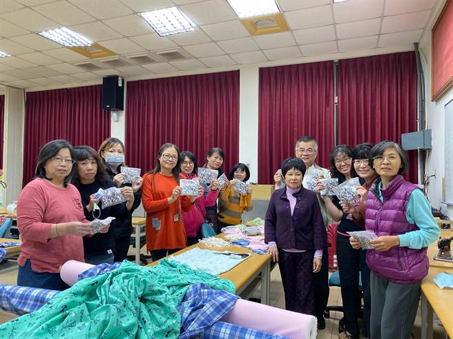 大台南總工會職訓縫紉班學員趕製口罩套。(台南市勞工局提供/劉秀芬台南傳真)