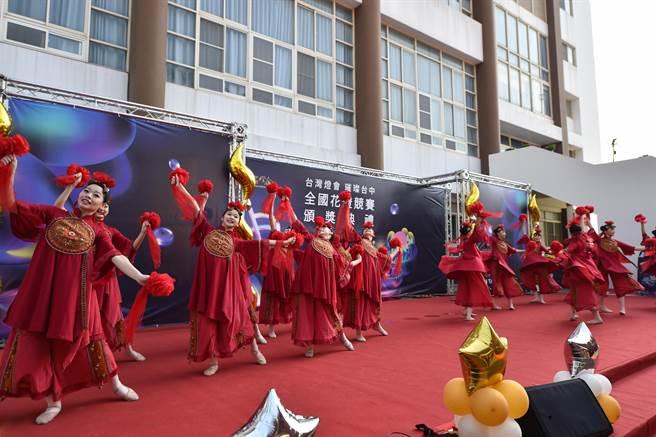 榮獲108年全國「第六屆藝術教育貢獻獎」的臺中市青年高中表演「台灣尚界水」舞蹈節目。(台中市政府教育局提供/陳世宗台中傳真)