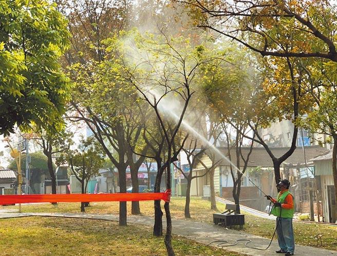 嘉義市的公園噴灑藥劑以防荔枝椿象肆虐。(嘉義市政府提供/廖素慧嘉義市傳真)