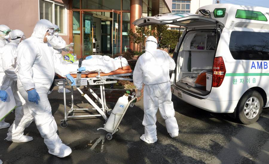 據《韓聯社》報導,在昨日已出現156新冠肺炎病例後,南韓22日新增142例確診病例,全國累計已達346例。圖為韓醫護人員將疑似感染者送往醫院。(美聯社)