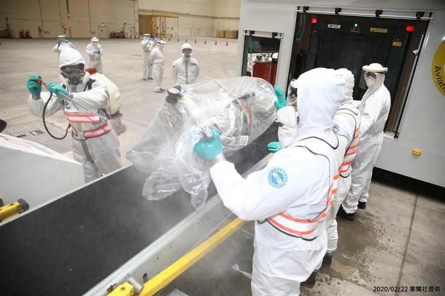 昨(21)日鑽石公主號旅客包機回台,化學兵針對行李進行消毒作業。(軍聞社提供/林周義台北傳真)