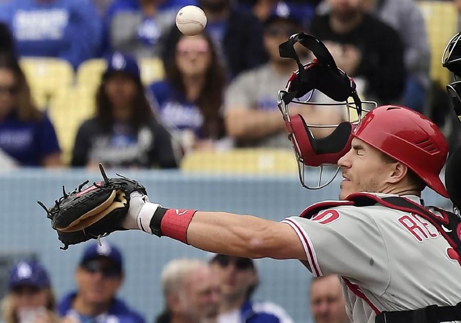 費城人捕手瑞爾穆托的面具被擦棒球打掉。(美聯社資料照)