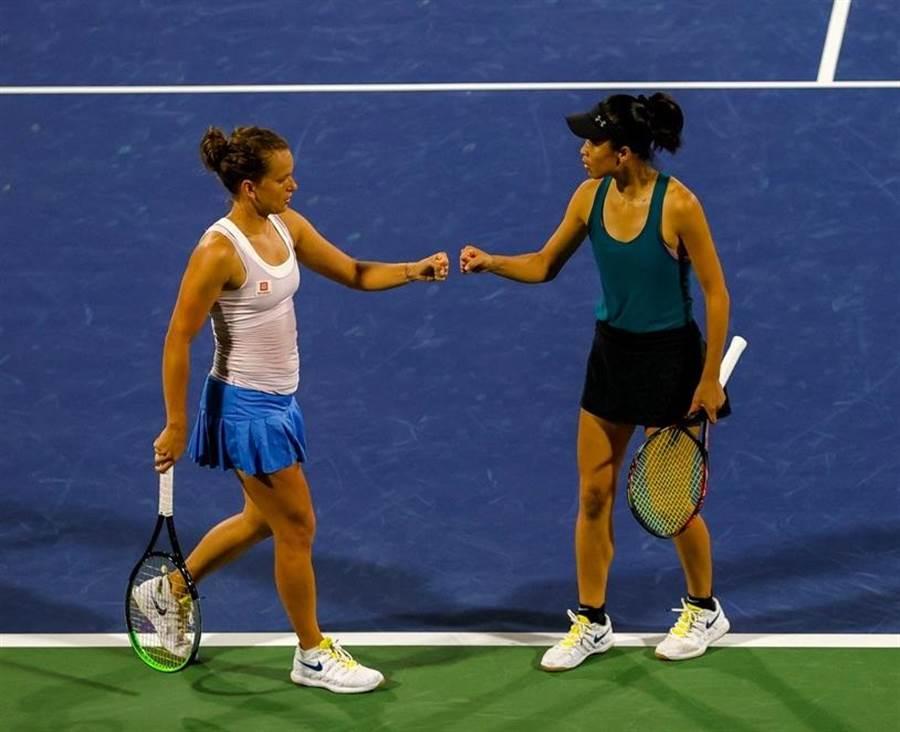 謝淑薇(右)與女雙搭檔史崔可娃晉級杜哈女網賽8強。(杜拜女網賽臉書粉專翻攝)