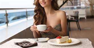 緊身衣正妹喝咖啡 超巨側身不科學