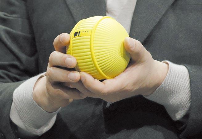 三星發表Ballie球型陪伴機器人,其中一項功能就是協助照顧寵物,像是發現寵物打翻飼料,Ballie就會自動遙控掃地機器人出動掃地。圖/美聯社