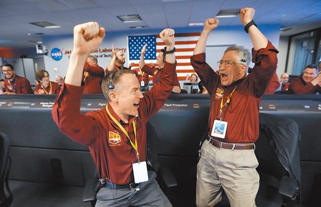 美國太空總署(NASA)無人火星探測器「洞察號」(InSight)經過6個半月的太空飛行,在台北時間2018年11月27日清晨4點成功登陸火星,將進行為期2年的地表探測。(美聯社)