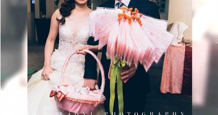 新人手中的「口罩花」,讓婚禮攝影師大讚是拍過最奢侈的二進小物。(圖/爆廢公社)