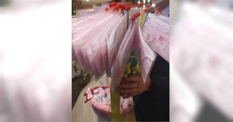 數十片口罩做成的捧花,讓網友大讚超實用。(圖/爆廢公社)