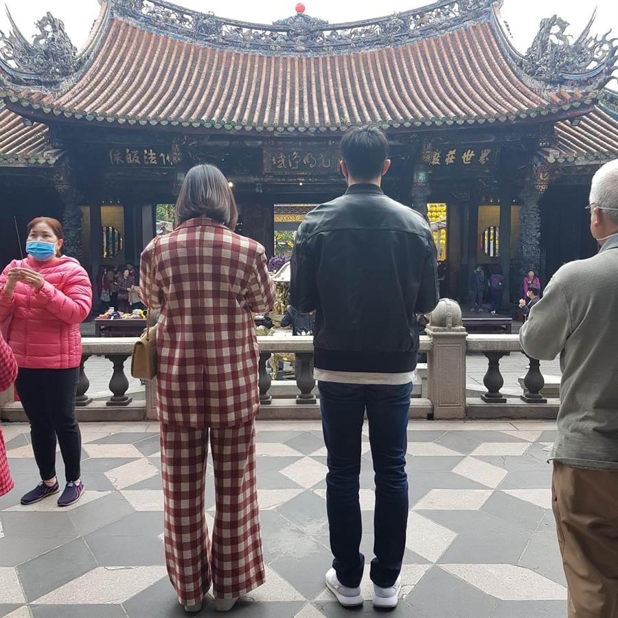 劉品言帶賴東賢到龍山寺拜拜祈福。(圖/鴻言娛樂提供)