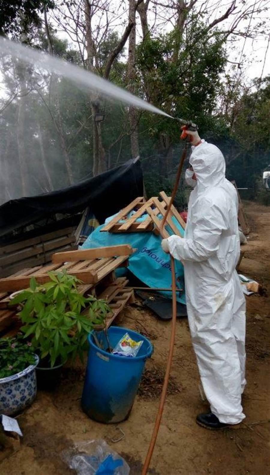 動物保護防疫所助縣內私人動物收容所及場區四周環境消毒,維持公共衛生。(翻攝照片/何冠嫻苗栗傳真)