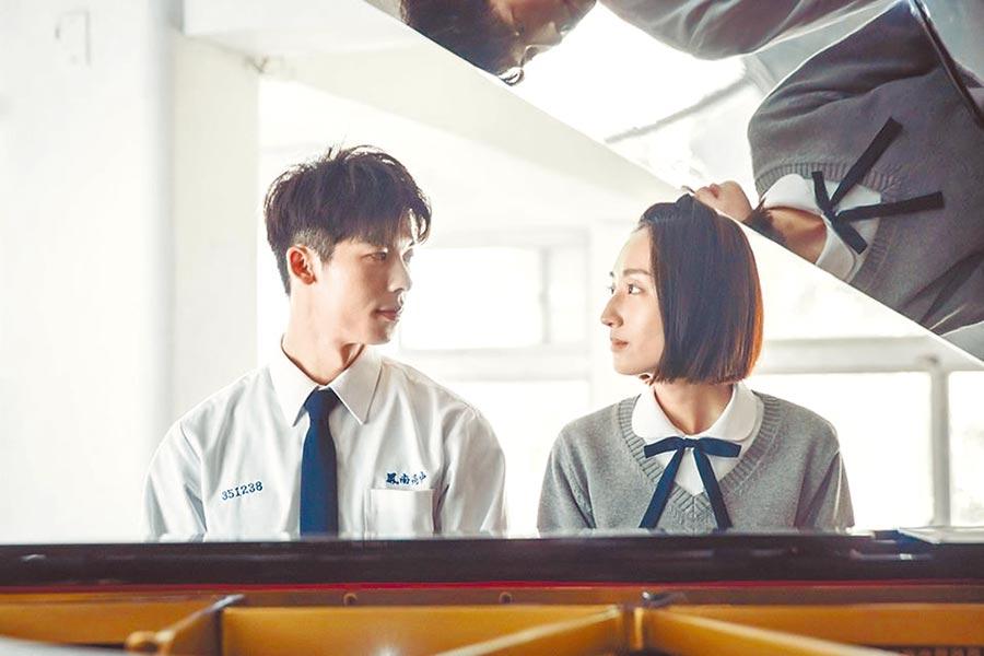 許光漢(左)劇中和柯佳嬿有深情對望的彈琴畫面。(中天提供)
