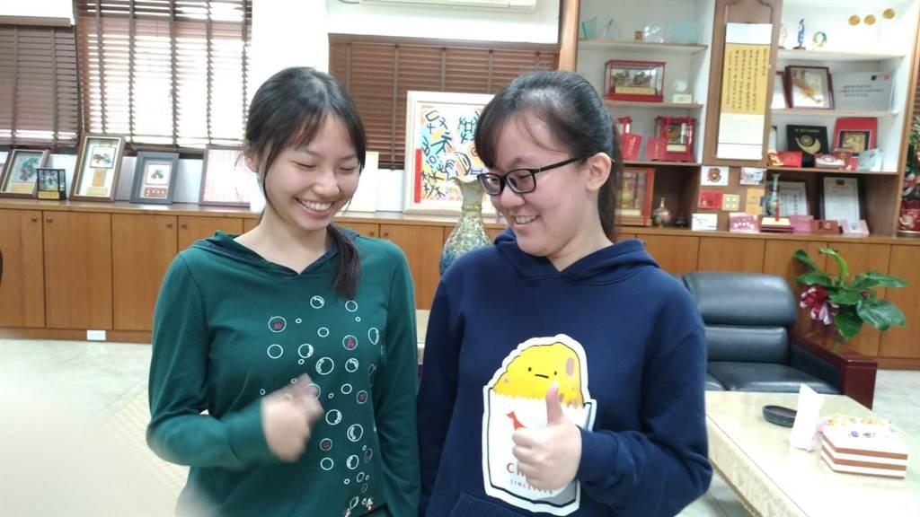 歐陽旻欣(右)、林莞淇(左)克服不能手科目,一起考上四科滿級分,彼此祝賀,都覺得很開心。(吳敏菁攝)
