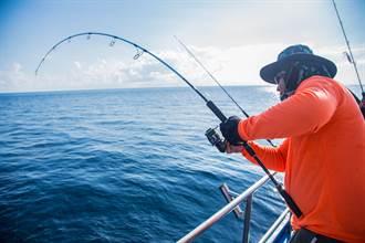 父以為釣到巨鯰 拉出魚線嚇到發抖