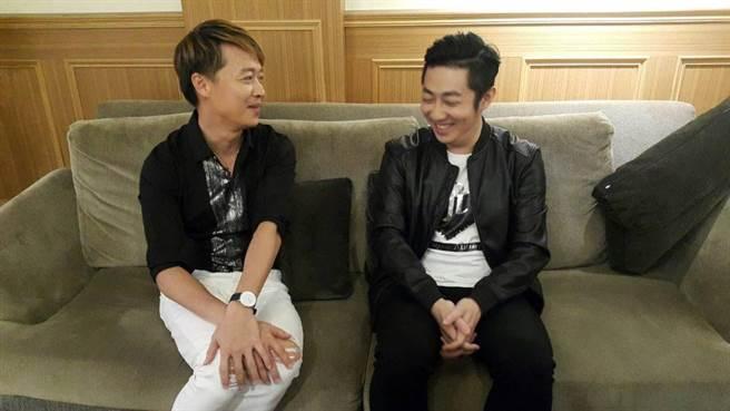 艾成(右)、何豪傑對話逗趣。(吳維書攝)