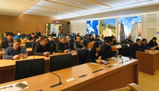 地區觀光產業代表一行30餘人拜會縣府,共同研討紓困和振興方案。(李金生攝)