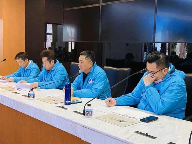 楊鎮浯縣長(右二)表示,在疫情告一段落後,縣府一定會盡全力向中央爭取「小三通」復航。(李金生攝)