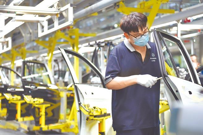 2月21日,工人在北京奔馳總裝二廠作業。(新華社)