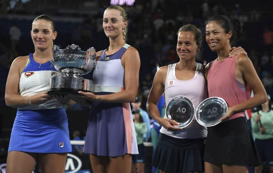 芭波絲(左起)、茉蘭登諾維奇在今年澳網女雙決賽戰勝史崔可娃與謝淑薇。(美聯社資料照)