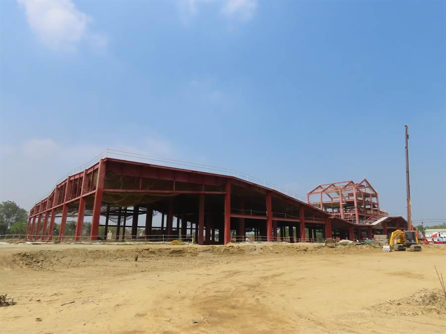 台南市政府斥資8億元興建的新化果菜市場目前主結構已見雛型,引進荷蘭團隊設計,取得綠建築、智慧建築雙證書,有最美果菜市場稱號。(莊曜聰攝)